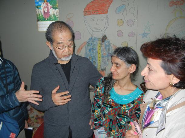 鎌田實さん(左)と、母親のアイーダさん(中央)、モスルから逃げてきたイラクの小児科の女医さん