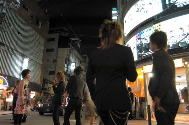 京都・祇園の花見小路通で客引きをするホストたち=2009年、京都市東山区