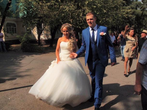 写真・図版 : 結婚式をあげるロシア系のカップル=撮影・筆者