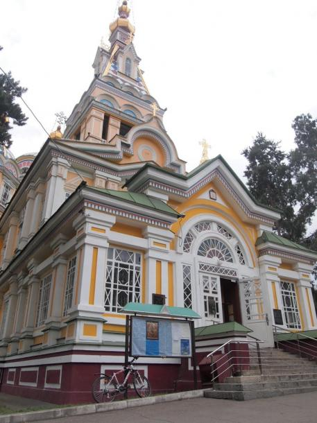 写真・図版 : アルマトイ中心部の公園に建つロシア正教の教会=撮影・筆者