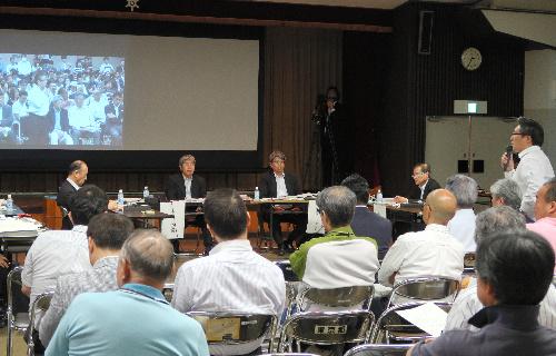 写真・図版 : 築地市場内で開かれた東京都の専門家会議=6が月11日、東京都中央区、小林恵士撮影