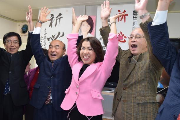 当選を決め、支援者らとバンザイをする豊田真由子氏(中)=201412
