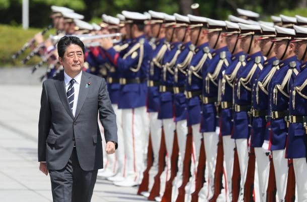 南スーダンPKO派遣部隊の隊旗返還式を前に、栄誉礼を受ける安倍晋三首相=5月30日午後、東京都新宿区の防衛省
