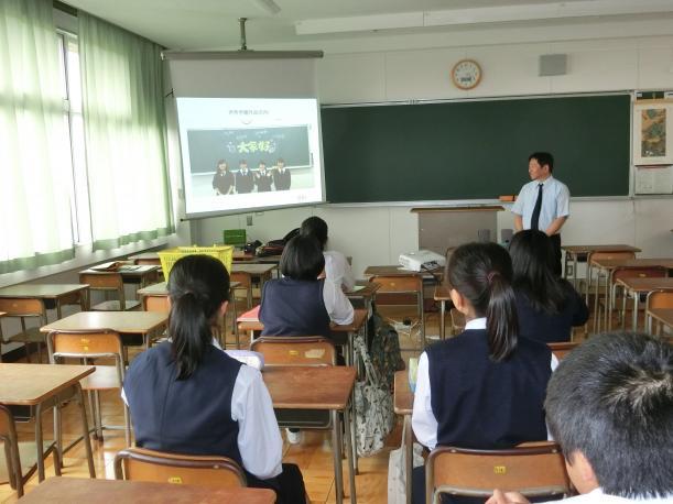 中国・大連の生徒がつくったビデオレターを見る伊奈学園総合高校の生徒たち=2017年6月13日、埼玉県伊奈町