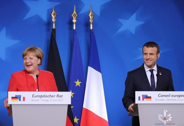 EU首脳会議の後、共同で記者会見したメルケル独首相(左)とマクロン仏大統領。EUの結束を示す狙いがあったとみられる=6月23日、ベルギー・ブリュッセルのEU本部