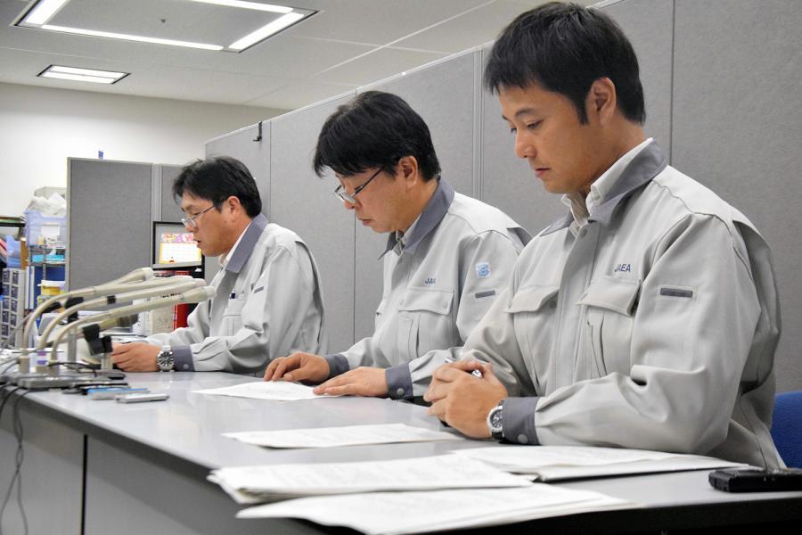 写真・図版 : 記者会見する日本原子力研究開発機構