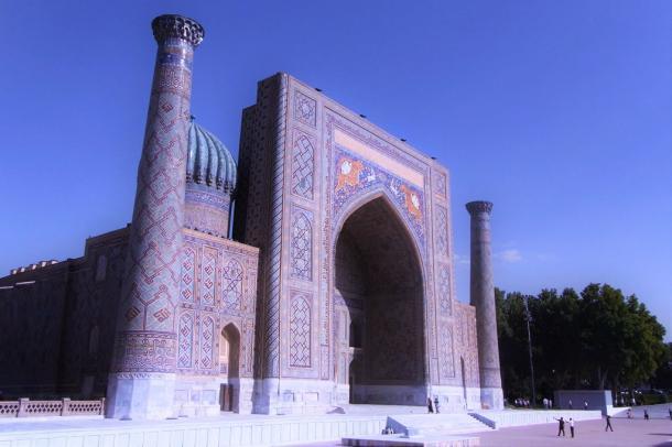 真っ青な空の下に建つイスラム建築の神学校