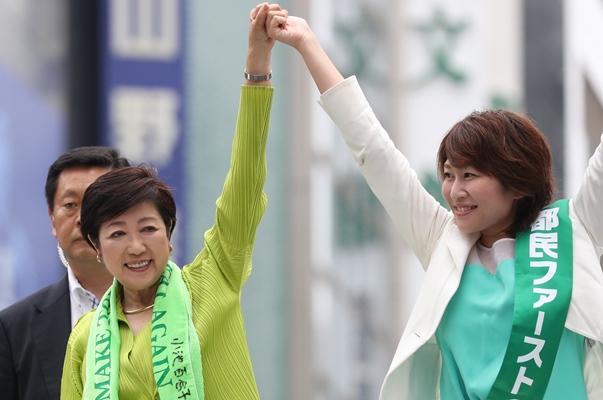 街頭演説会で候補者とともにアピールする都民ファーストの会の小池百合子代表(左)=2017年6月25日、東京・銀座