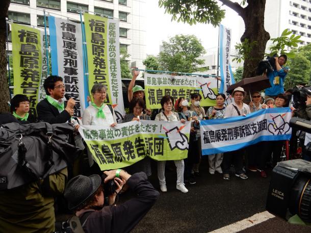 東京地裁前に集まった福島原発刑事訴訟支援団の人たち=6月30日