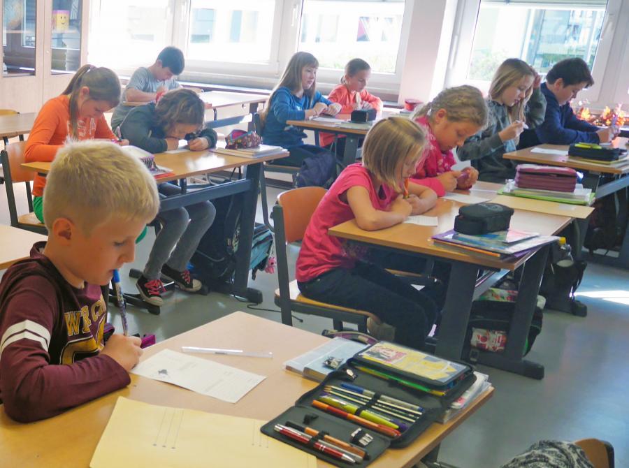 写真・図版 : 自立性を重視するドイツの小学校での授業風景