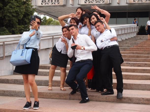 写真・図版 : 博物館の前でスマホで撮影する若者たち(タシケントで)=撮影・筆者