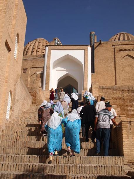 祈りのためイスラム寺院に向かう高齢者は伝統衣装が多いサマルカンドで