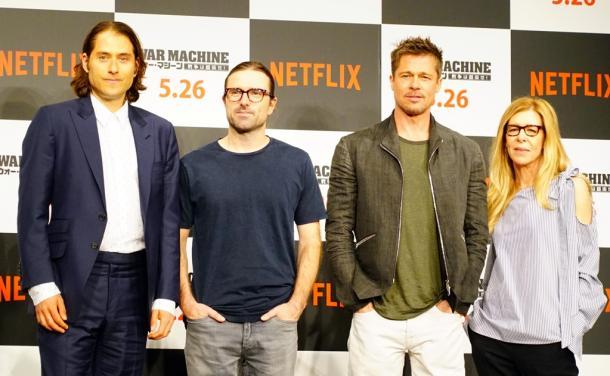 写真・図版 : ネットフリックスの映画『ウォー・マシーン』の宣伝で来日した主演のブラッド・ピット(右から2人目)や制作スタッフたち=2017年5月25日
