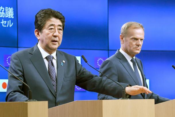 EUのトゥスク大統領(右)と共同記者会見する安倍晋三首相=7月6日、ブリュッセル、代表撮影