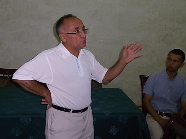 写真・図版 : ウズベキスタンの歴史や政治について語るナビエフ・ナキブさん=撮影・筆者