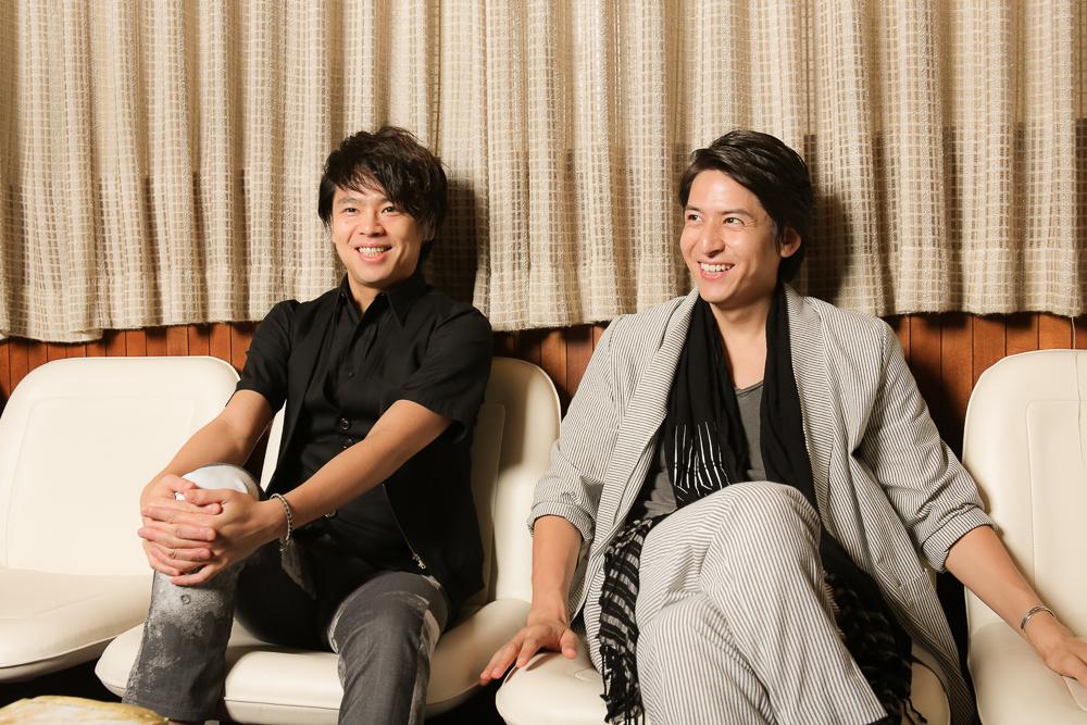 写真・図版 : ミュージカル『ビューティフル』に出演する、中川晃教(左)と伊礼彼方=宮川舞子撮影