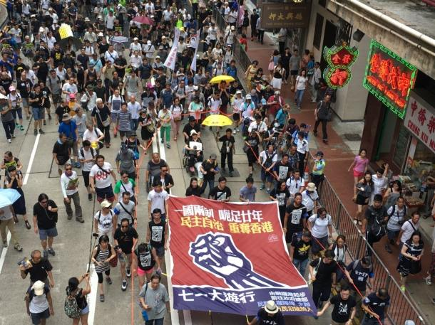 写真・図版 : 市街で民主化デモを行う香港市民=7月1日、撮影:五野井郁夫