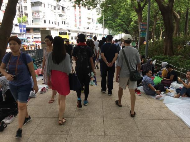 写真・図版 : 移民労働者にも目をくれないデモ参加者 =7月1日、撮影:五野井郁夫