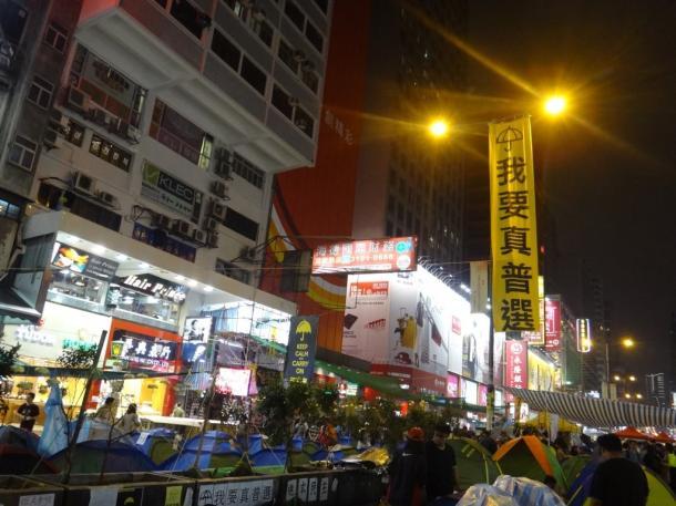 写真・図版 : 雨傘運動での選挙現場、旺角=2014年11月6日、撮影:五野井郁夫