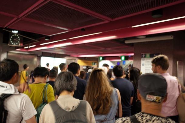 写真・図版 : デモ参加者であふれかえる地下鉄の銅鑼湾駅=7月1日、撮影:五野井郁夫