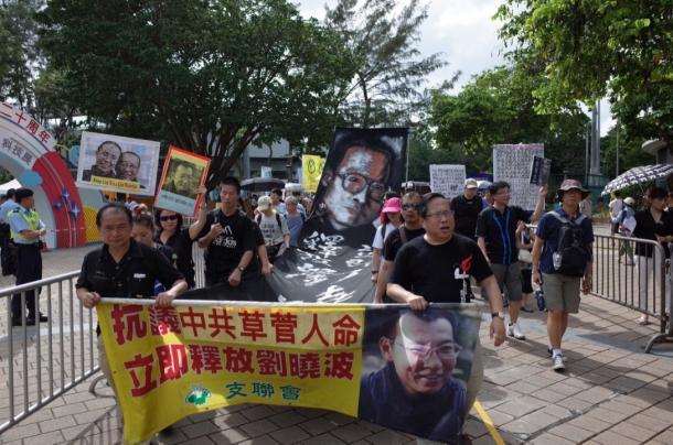 写真・図版 : 香港の民主化と劉暁波の即時解放を訴える人びと=7月1日、撮影:五野井郁夫