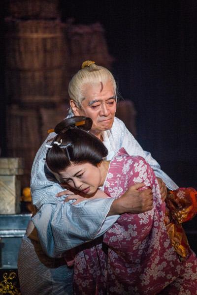 写真・図版 : 『イヌの仇討』公演から、上から、大谷亮介、彩吹真央=谷古宇正彦撮影