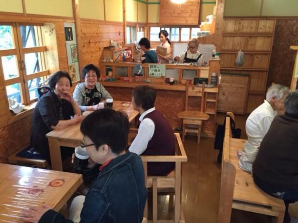 写真・図版 : 廃業した喫茶店を借りて毎週1回開く「認知症カフェ」。ボケ防止のための早口言葉や合唱を楽しむ