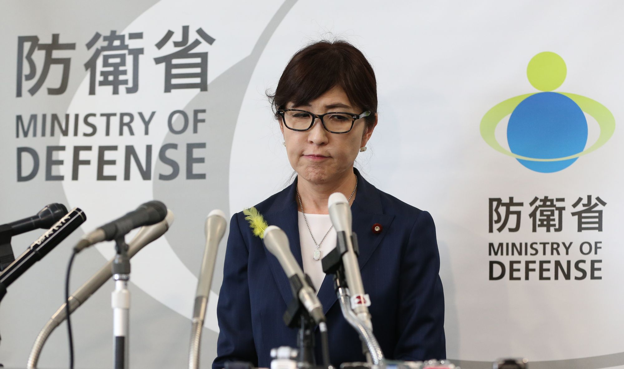 会見で辞任しない意向を示した稲田朋美防衛相=30日