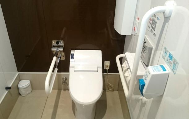 障害者や高齢者が使いやすく設計された多目的トイレ