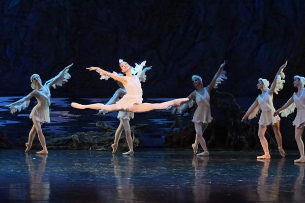 寺田翠さん(中央)が活躍するタタールスタン国立歌劇場の地域の民話をバレエにした「シュラレー」の舞台=2017年3月、ロシア・タタールスタン共和国、撮影:Nikoray Chumakov
