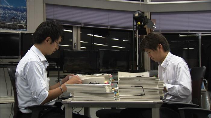 写真・図版 : 情報公開請求で得た膨大な資料を砂沢智史記者(左)と宮城克文デスクは毎晩チェックした