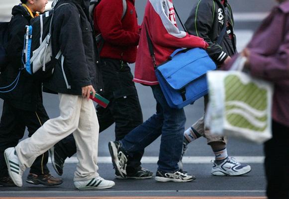中学受験の塾を終え、集団で最寄り駅まで向かう小学生たち=2005年4月、横浜市青葉区