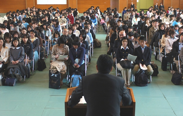 入学予定の親子が参加した小石川中等教育学校の説明会=2006年3月、東京都文京区