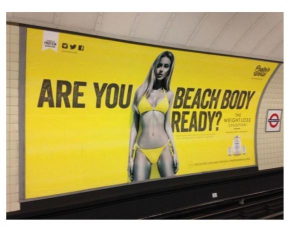 写真・図版 : 地下鉄構内に貼られた、痩身用サプリメントを宣伝するポスター(英ハフィントンポストのウェブサイトより)