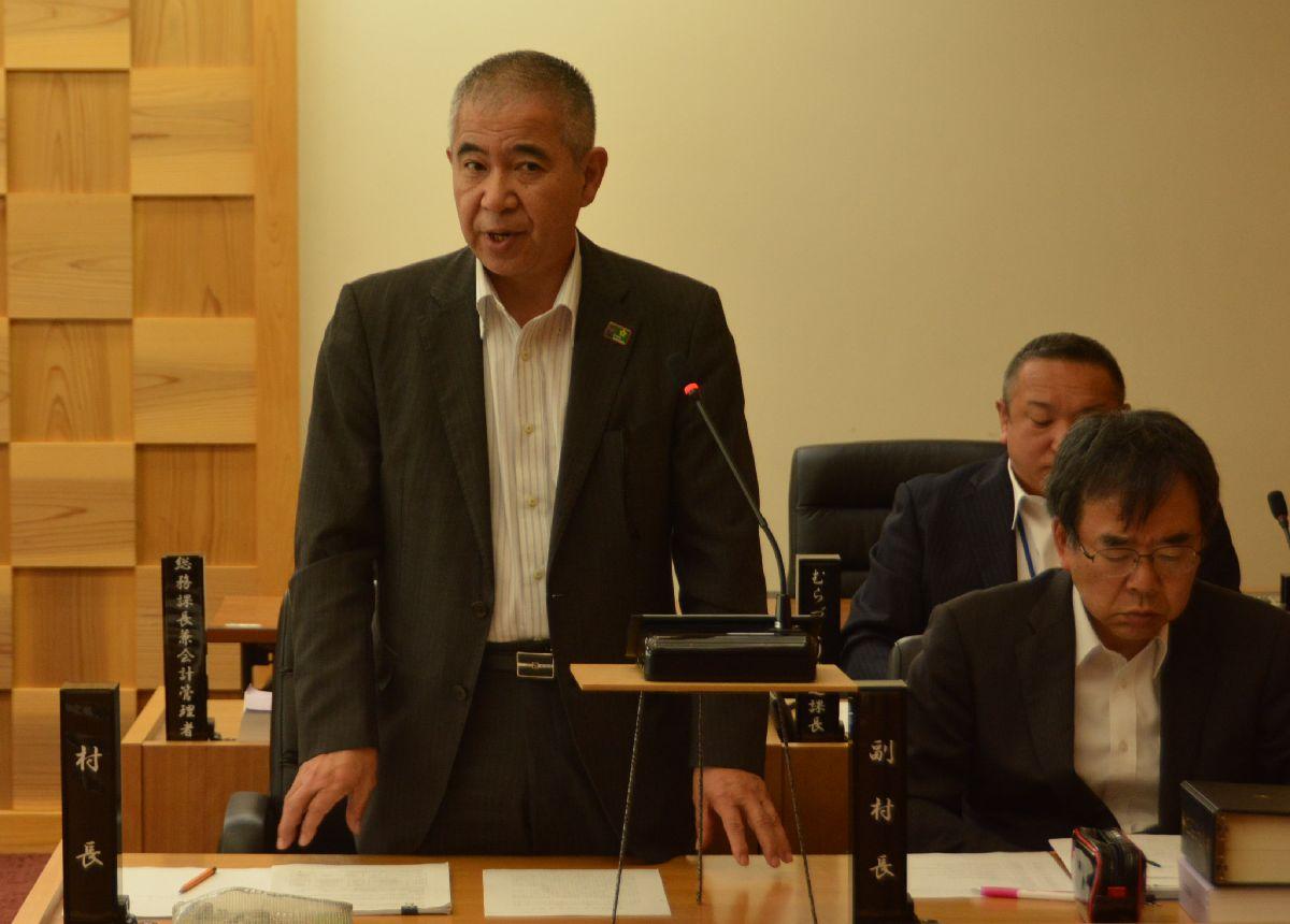 写真・図版 : 大川村村議会で町村総会の検討開始を表明する和田知士村長(左)