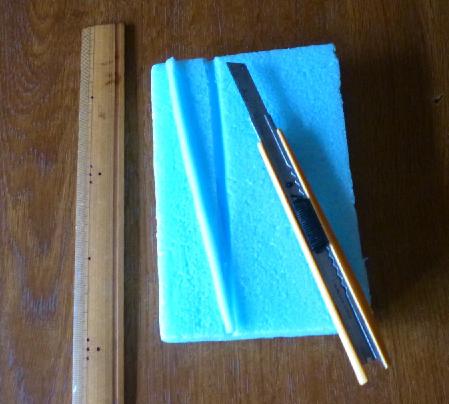写真・図版 : 【写真2】チョウ・ガのための展翅板(てんしばん)として使用するスタイロフォーム(断熱材)。チョウの大きさに合わせて、三角溝の位置・幅・深さを決めていく。