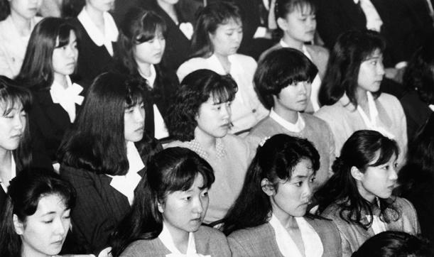 合併で誕生した太陽神戸三井銀行(現三井住友銀行)の入行式に出席した新入行者たち。男性約600人、女性900人=1 990年4月2日、東京都千代田区の日比谷公会堂