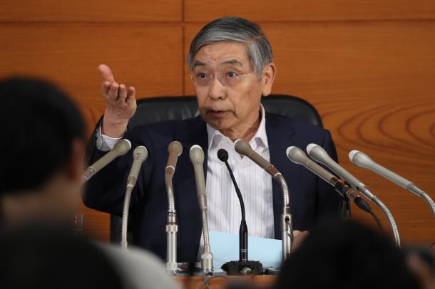 記者からの質問を受け付ける、日銀の黒田東彦総裁=7月20日午後