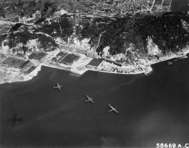 写真・図版 : B-29偵察機による呉海軍基地の偵察写真=1945年、米軍撮影
