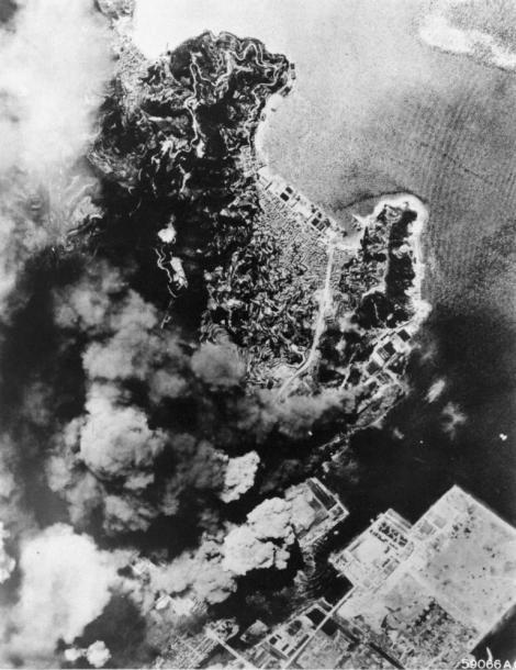 写真・図版 : 爆撃で炎上する呉の海軍火薬庫=1945年、米軍撮影