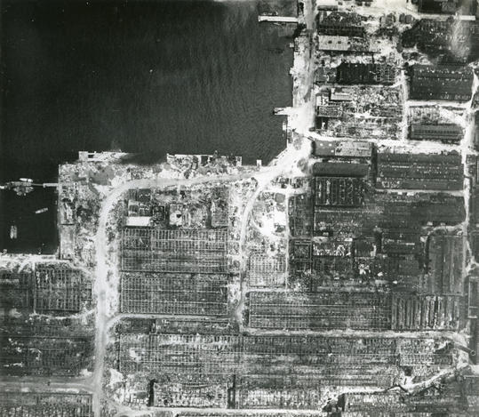 写真・図版 : 空襲のため鉄骨だけになった広島県呉市昭和通の旧海軍工廠、兵器工場地帯。呉市の調べでは、建物は骨組みだけ残ったという=1945年、米軍撮影