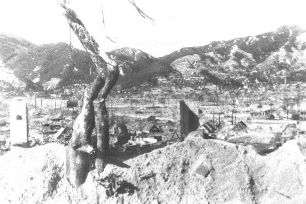 写真・図版 : 終戦直後の呉市の焼け跡=1945年