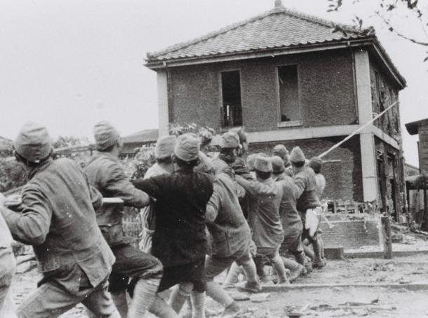 写真・図版 : 防火のため取り壊される建物=1944年5月21日、東京都向島区(現墨田区)寺島町
