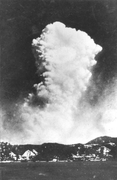 写真・図版 : 広島県呉市から撮影された原爆投下2、3分後のキノコ雲。地上写真として新聞紙上に掲載された最初の写真=撮影・尾木正己さん