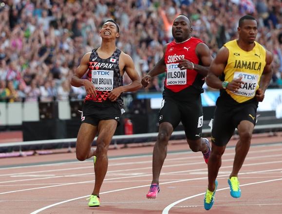 世界陸上男子100㍍準決勝のゴール後、悔しがるサニブラウン・ハキーム(左)=2017年8月5日、ロンドン