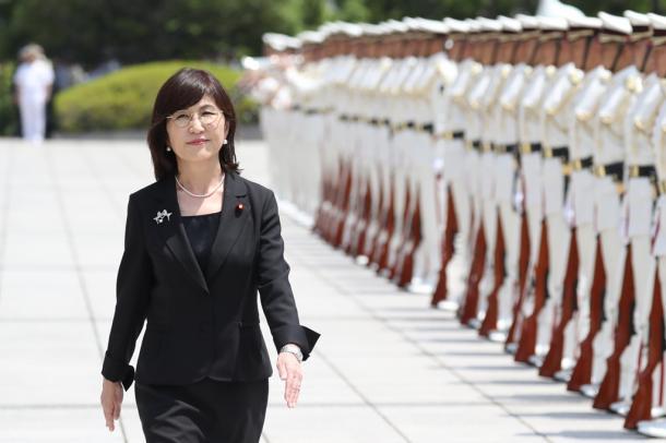 写真・図版 : 防衛省を去る日、儀仗隊の前を歩く稲田朋美氏=2017年7月31日