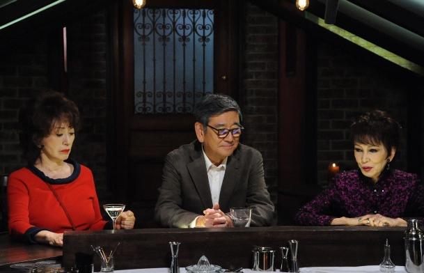 写真・図版 : ドラマ『やすらぎの郷』の一場面。右から浅丘ルリ子、石坂浩二、加賀まりこ=テレビ朝日提供