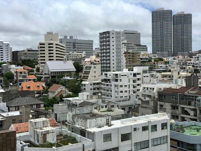 写真・図版 : 高層マンションが次々と建設されている那覇市