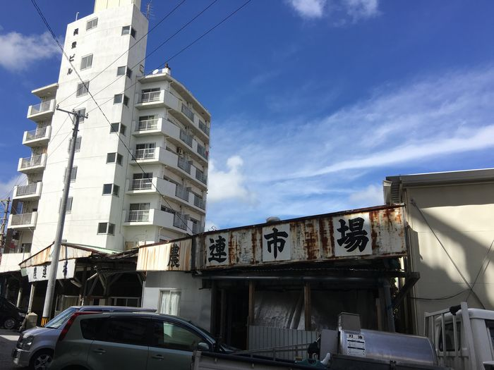 写真・図版 : 再開発が進んでいる那覇市民の台所「農連市場」周辺