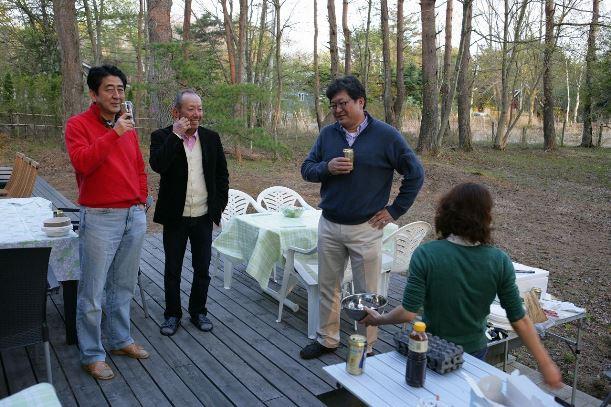 萩生田光一・自民党幹事長代行のブログに掲載された写真。(左から)安倍晋三首相、加計孝太郎・加計学園理事長、萩生田氏(当時は総裁特別補佐)。ブログによると河口湖畔で2013年5月撮影